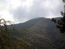 Vista della montagna nella nebbia fotografia stock