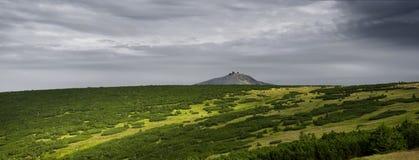 Vista della montagna Sniezka, traccia di escursione lungo la cresta delle montagne Immagini Stock