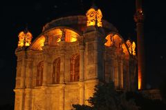 Vista della moschea di Ortakoy a Costantinopoli fotografie stock