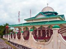 Vista della moschea islamica su un'isola tropicale a distanza Fotografia Stock Libera da Diritti