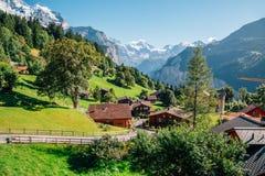 Vista della natura del villaggio e delle alpi di Wengen in svizzero Fotografia Stock