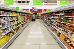 Vista della navata laterale del supermercato Immagine Stock