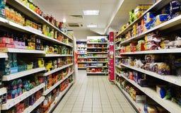 Vista della navata laterale del supermercato Fotografia Stock