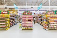 Vista della navata laterale di un supermercato di Tesco Lotus Immagine Stock Libera da Diritti