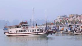 Vista della nave da crociera della baia di Halong a Tuan Chau International Marina Station al pilastro della baia di Halong in Qu stock footage