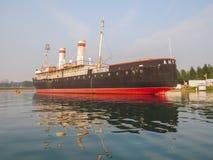 Vista della nave, il museo del rompighiaccio di Angara, dal lago immagini stock libere da diritti