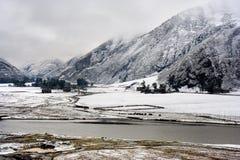 Vista della neve del villaggio tibetano aShangri-La Cina fotografie stock libere da diritti