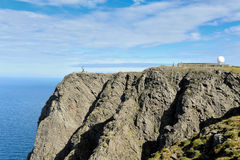 Vista della NORVEGIA, di NORDKAPP A sulla scogliera del nord del capo e globo Monu Fotografia Stock