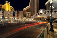Vista della notte Las Vegas vicino al casinò veneziano Fotografia Stock