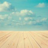 Vista della nuvola dall'alta piattaforma di legno Fotografie Stock