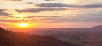 Vista della nuvola e di tramonto della montagna Immagini Stock