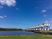 Vista della parete e del ponte della diga fotografia stock