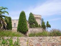 Vista della parete e della torre di Napoule Francia Chateau de la Napule della Mandelieu-La dalla ruta de la Plage Fotografie Stock Libere da Diritti