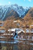 Vista della parte del sud della città Chamonix-Mont-Blanc, Francia al tramonto Immagini Stock Libere da Diritti