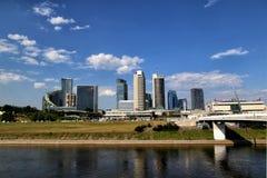 Vista della parte moderna della città dal fiume fotografie stock