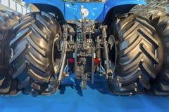 Vista della parte posteriore del trattore agricolo Immagine Stock