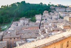 Vista della parte settentrionale di Urbino L'Italia Immagini Stock