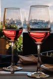 Vista della parte storica della città di St Petersburg dalla cima tramite i bicchieri di vino immagine stock