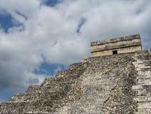 Vista della piramide di Chichen Itza con le nubi Fotografia Stock Libera da Diritti