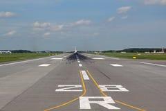 Vista della pista con l'aereo di linea via fotografia stock libera da diritti