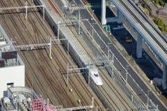 Vista della pista del treno di pallottola di Shinkansen alla stazione di Tokyo, Giappone Fotografia Stock