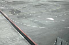 Vista della pista dell'aeroporto dalla finestra dell'aeroplano Immagini Stock Libere da Diritti
