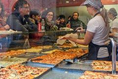 Vista della pizzeria attraverso la finestra in alba, Italia Immagini Stock Libere da Diritti