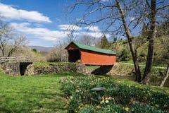 Vista della primavera del ponte coperto d'affondamento dell'insenatura immagini stock
