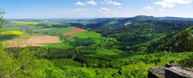 Vista della primavera sulla foresta e sui campi Fotografie Stock Libere da Diritti