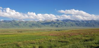 Vista della primavera sulle montagne dello Tian-Shan immagine stock libera da diritti