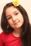 Vista della ragazza piacevole con capelli neri lunghi Immagine Stock