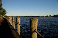 Vista della riva del fiume Fotografie Stock
