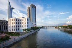 Vista della riva del fiume di Saigon al centro del centro con le costruzioni attraverso il fiume Ho Chi Minh City di Saigon della Immagini Stock Libere da Diritti