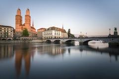 Vista della riva del fiume di Zurigo Fotografie Stock Libere da Diritti