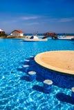 Vista della riva di mare dallo stagno di uno degli hotel della località di soggiorno di Mar Nero di Albena. Immagini Stock