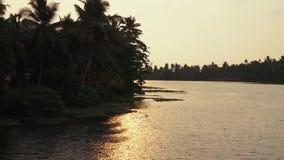 Vista della riva indiana da una barca archivi video