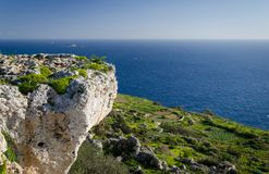 Vista della roccia del calcare, del mar Mediterraneo e dell'isola di Filfla dalle scogliere di Dingli, Malta fotografia stock