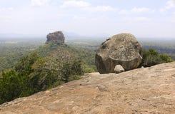 Vista della roccia di Sigiriya dalla roccia di Pidurangala in Sri Lanka fotografie stock libere da diritti