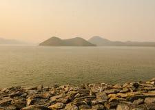 Vista della roccia in lago della diga di Srinakarin Fotografie Stock Libere da Diritti