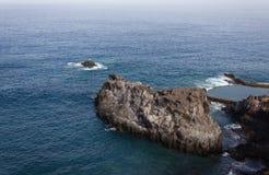 Vista della roccia nell'oceano fotografie stock libere da diritti