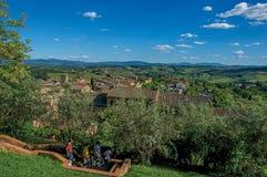 Vista della scala discendente della gente fra gli alberi a San Gimignano Fotografie Stock Libere da Diritti