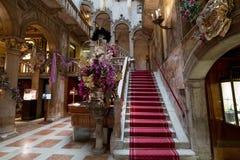 Vista della scala interna e di alti arché all'hotel precedentemente Palazzo Dandolo di Danieli, decorata per il carnevale di Vene immagini stock libere da diritti