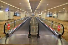 Vista della scala mobile dell'aeroporto immagine stock