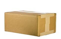 Vista della scatola di cartone chiusa su bianco Fotografia Stock