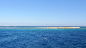 Vista della scogliera nel mare video d archivio