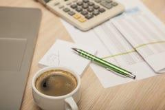 Vista della scrivania, dei calcoli e delle note fotografia stock libera da diritti
