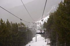 Vista della sedia del cavo, precipitazioni nevose di inverno, paesaggio della montagna, paesaggio Fotografia Stock
