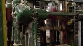 Vista della segatrice durante il funzionamento, primo piano archivi video
