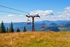 Vista della seggiovia sopra la città della montagna Fotografie Stock Libere da Diritti