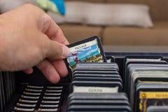 Vista della selezione della carta della carta del villaggio in questi giochi con le carte colourful della costruzione della piatt immagine stock libera da diritti